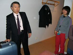 [写真]新美執行役を出迎える太田渉子