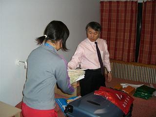 [写真]渉子へお土産を手渡す新美執行役