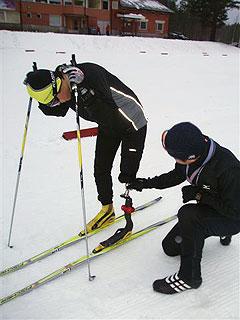 [写真]瀧上選手の義足調整