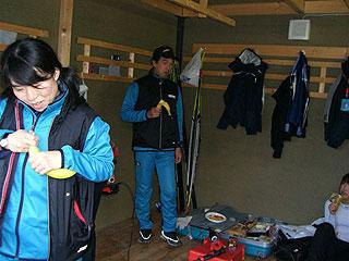 [写真]レース前、バナナを食べる私と小林先生、渉子ちゃん