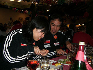 [写真]パーティで食事