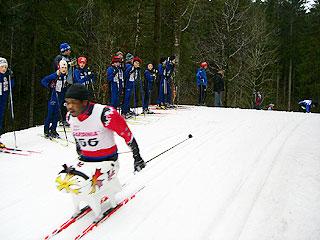 [写真]シットスキーのレースを応援するこどもたち