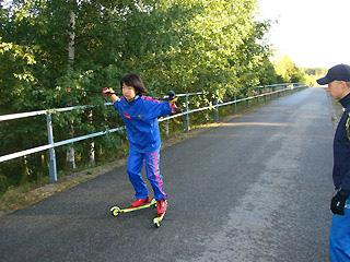 [写真]ローラースキーで練習する太田選手