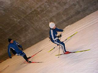 [写真]スキートンネルで太田渉子選手と並走するレイヨ氏
