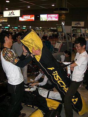 [写真]成田空港で荷物の運搬