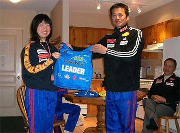 [写真]太田渉子とリーダービブを持つ