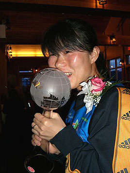 [写真]井口選手トロフィーにキス