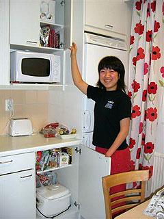 [写真]太田渉子、キッチンで
