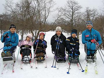 [写真]シットスキーをともにしたこどもたちと長田選手、近藤選手