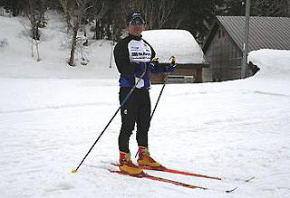[写真]クロカンのスキーを履いた永友コーチ