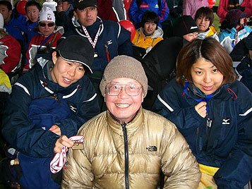 [写真]前田会長を囲んで
