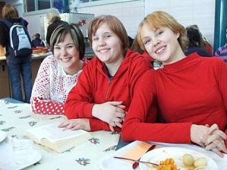 [写真]フィンランドのクリスマス 赤い服を着ている学生