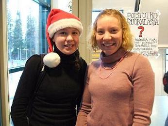[写真]Finlandのクリスマス サンタの帽子をかぶっている学生