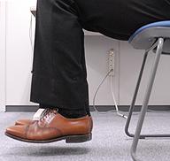 [写真]椅子に座って足を上げる