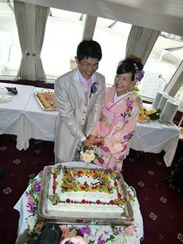 [写真]クルーザー内でのパーティと東京湾クルージング