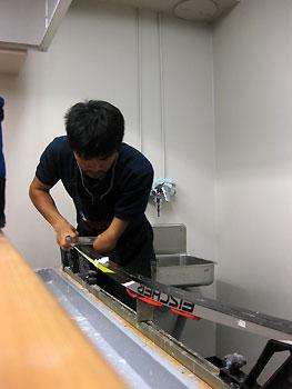 [写真]スキーを手入れする新田選手