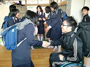 [写真]握手する久保選手