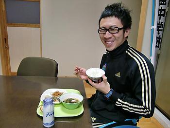 [写真]給食を食べる久保選手