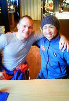 [写真]肩を組んでいるキセレフ選手と久保選手