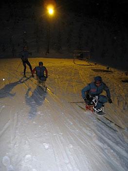 [写真]スキーで滑っている選手