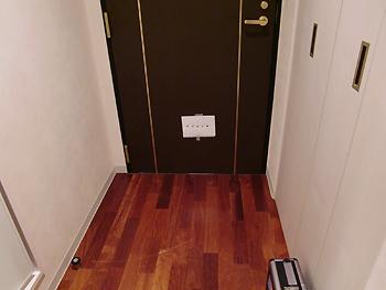 [写真]ドアに貼った的