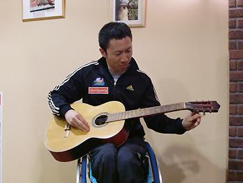 [写真]ギターを弾く久保選手