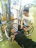 [写真]ウェイトトレーニングする久保選手と長田