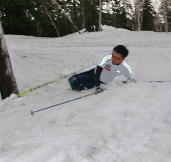 [写真]転倒する久保選手