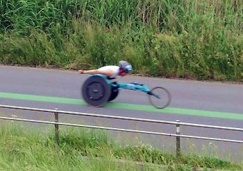 [写真]レーサーで走り込みをする久保恒造