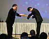 [写真]表彰状を受け取る新田佳浩