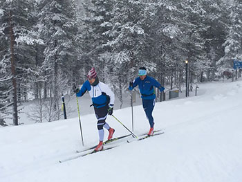 [写真]雪上トレーニング中の新田選手とトレーニングパートナーの向さん