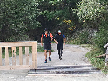 [写真]新田選手、向トレーニングパートナーの山間ランニングの様子
