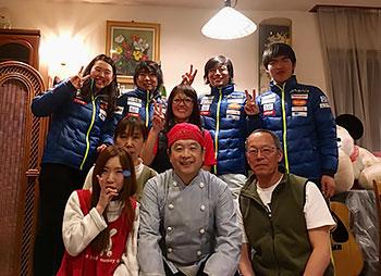 [写真]宿泊した「ピーターラビット」のご夫婦と日本チーム