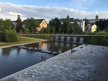 [写真]村の中心と思われる水辺