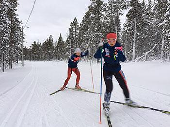 [写真]スキートレーニングする阿部選手と出来島選手
