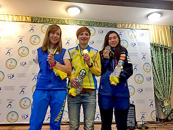[写真]表彰台でメダルを手に持つ阿部友里香