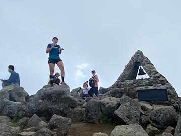 [写真]岩木山の山頂で