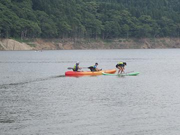 [写真]津軽ダムでカヌー・サップ、落とす気満々の男性陣