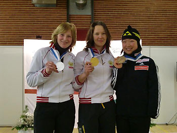 [写真]メダルを手に持つ1位と2位の選手と太田選手