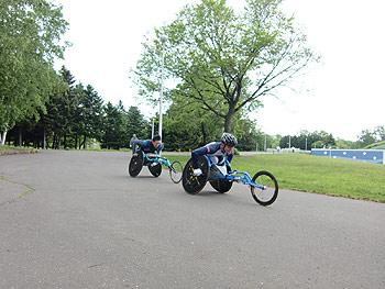 [写真]トレーニング中の長田弘幸、久保恒造