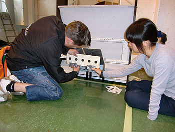 [写真]ターゲットを設置するビッレ氏と太田渉子選手