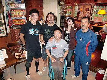 [写真]ペンションさわがにのみなさんと神津正昭選手、新田佳浩選手、久保恒造選手