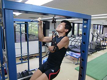 [写真]懸垂をしている新田佳浩
