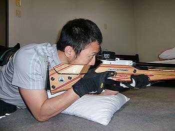[写真]射撃予習する久保恒造