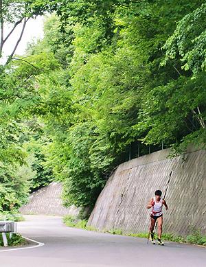 [写真]峠を登る新田佳浩