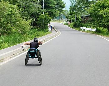[写真]レーサーでトレーニングする久保恒造