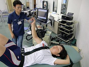 [写真]上腕、広背筋を測定中の太田渉子