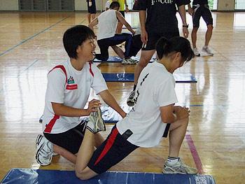 [写真]北村山高校スキー部のトレーニングをサポートする太田渉子選手