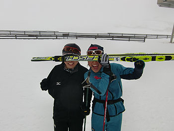 [写真]スキー板で顔を隠す太田渉子選手と出来島桃子選手