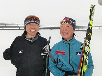 [写真]笑顔の太田渉子選手と出来島桃子選手